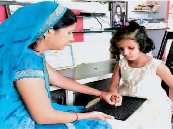 विशेष ब्रेल पाटीवर गणिते सोडवून घेताना आई रोशनी राय. - Divya Marathi