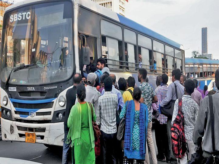 कोलकातामध्ये रस्ता असो की सिटी बस, प्रत्येक ठिकाणी क्षमतेपेक्षा जास्त लोक दिसत आहेत. सर्वांनी मास्क घातलेला नाही, दोन मीटर अंतराचीही काळजी कोणी घेत नाही. कर्मचाऱ्यांसाठी बसेसची संख्या कमी पडत आहे.(छायाचित्रकार- संदीप नाग) - Divya Marathi