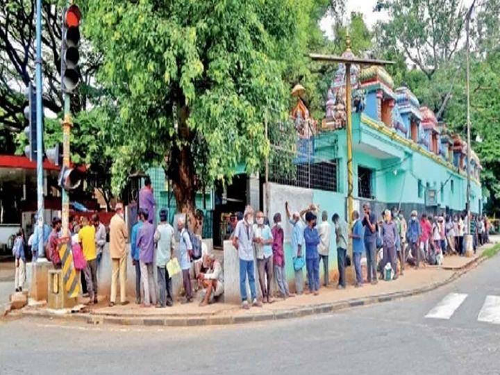 बंगळुरूत भोजनासाठी मंदिराबाहेर कष्टकऱ्यांची रांग. आतापर्यंत ३.५ लाख लोकांनी राेजगार गमावले. - Divya Marathi