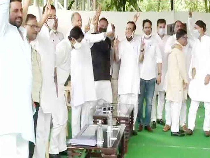 जयपूर येथे मुख्यमंत्री अशोक गहलोत यांच्या निवासस्थानी आमदारांची बैठक झाली. यावेळी उपस्थित आमदार - Divya Marathi