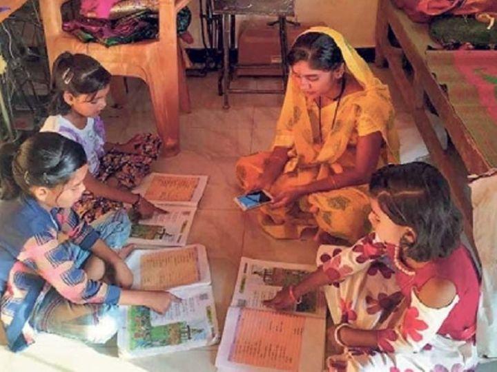 एकाच पालकाच्या मोबाइलवर अनेक विद्यार्थी असे अभ्यास करतात. - Divya Marathi