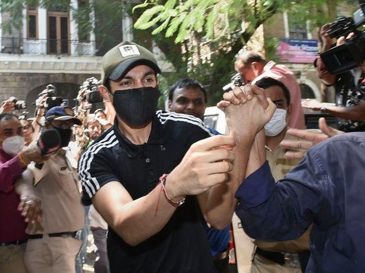 रिया चक्रवर्तीचा भाऊ शोविक याला शनिवारी दुपारी न्यायालयात हजर करण्यात आले. - Divya Marathi