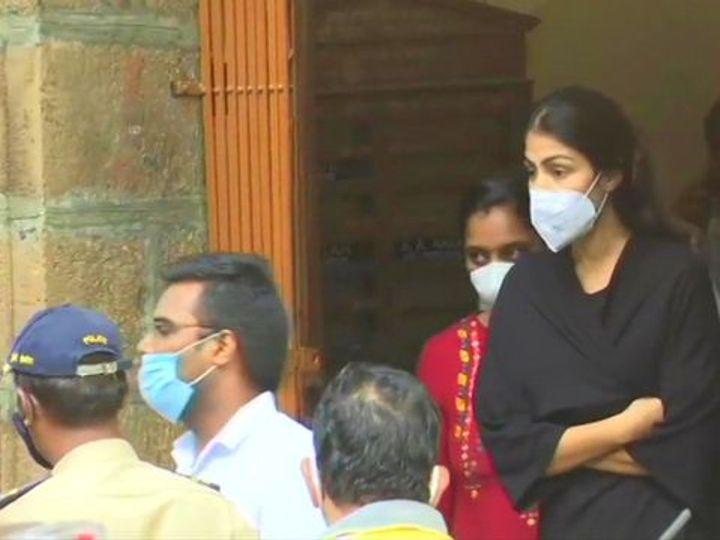 नार्कोटिक्स कंट्रोल ब्युरोची टीम रिया (काळ्या ड्रेसमध्ये) ला मेडिकल चेकअपसाठी घेऊन जाताना. - Divya Marathi