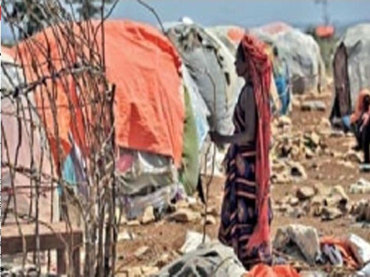छायाचित्र सोमालियातील स्थलांतरितांच्या छावणीचे आहे. येथे देशाची ४६ टक्के लोकसंख्या आश्रयाला आली आहे. - Divya Marathi
