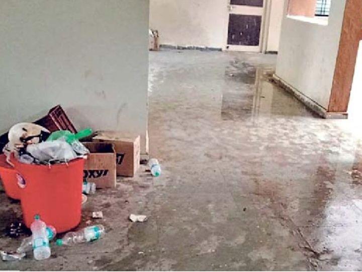 बीड जिल्ह्यातील आष्टी येथील कोविड सेंटरवर सर्वत्र घाण पसरली असून रुग्णांचे हाल होत आहेत. - Divya Marathi