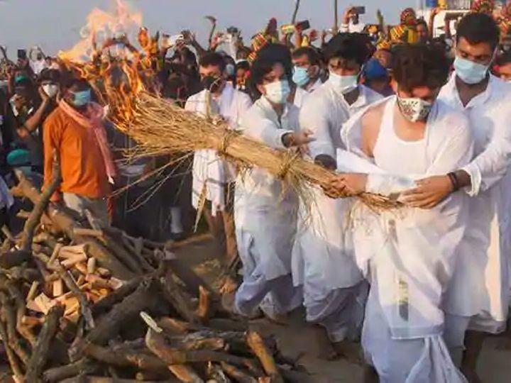शनिवारी वडिलांना मुखाग्नी देताना चिराग काेसळले. या दरम्यान लाेकांनी आधार देऊन अंत्यसंस्कार पूर्ण केले. - Divya Marathi