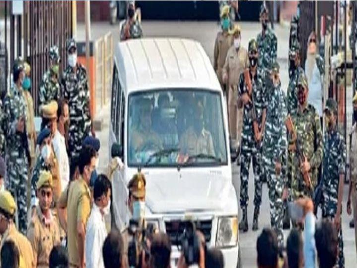 पीडितेचे कुटुंबीय सकाळी हाथरसहून लखनऊत दाखल झाले. - Divya Marathi