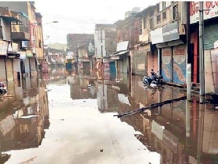 पंढरपूर शहरातील घोंगडे गल्ली परिसरातील पाणी अजूनही ओसरले नाही. - Divya Marathi