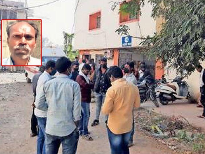 जिल्हा रुग्णालयात नातेवाइक गर्दी करून आक्रमक झाले होते. (इन्सेट) मृत शेतकरी अर्जुन सोळंके. - Divya Marathi