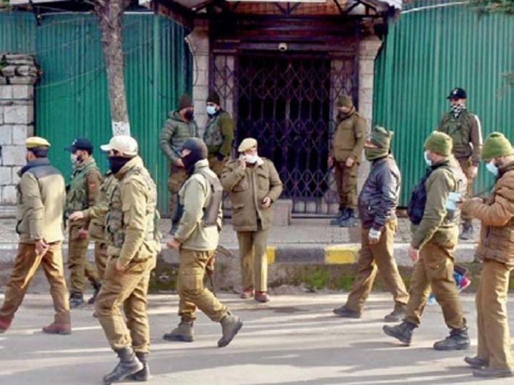 छायाचित्र श्रीनगरमध्ये पीडीपी नेता महबूबा मुफ्ती यांच्या घराबाहेरचे आहे. निवडणुकीच्या आधी सुरक्षा वाढवली आहे - Divya Marathi