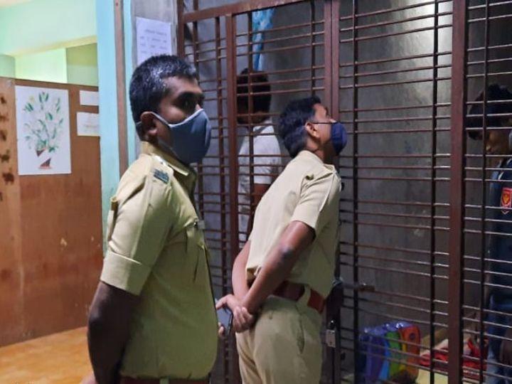 आत्महत्या करणाऱ्या विद्यार्थ्यांची खिडकीतून पाहणी करतांना बुलडाणा पोलिस - Divya Marathi