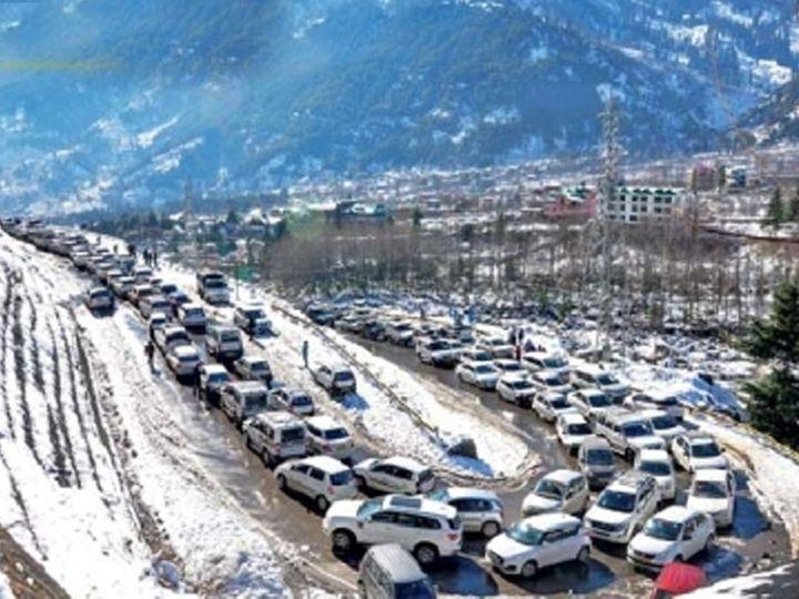 हिमाचल प्रदेशात रविवारी पुन्हा हिमवर्षाव झाला. वीकएंड असल्याने येथे पर्यटकांची मोठी गर्दी झाली. अनेक ठिकाणी वाहतूक कोंडी झाली. - Divya Marathi