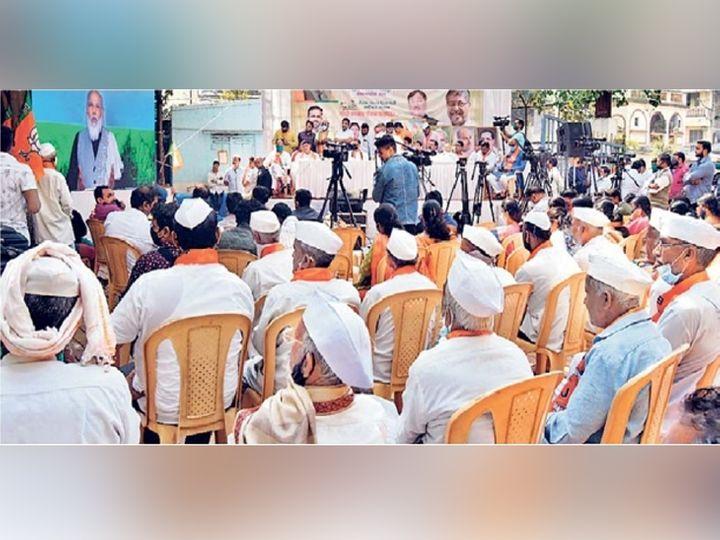 पंतप्रधान नरेंद्र मोदी यांनी शुक्रवारी पुण्यामध्ये व्हिडिओ कॉन्फरन्सिंद्वारे शेतकऱ्यांशी संवाद साधला. - Divya Marathi