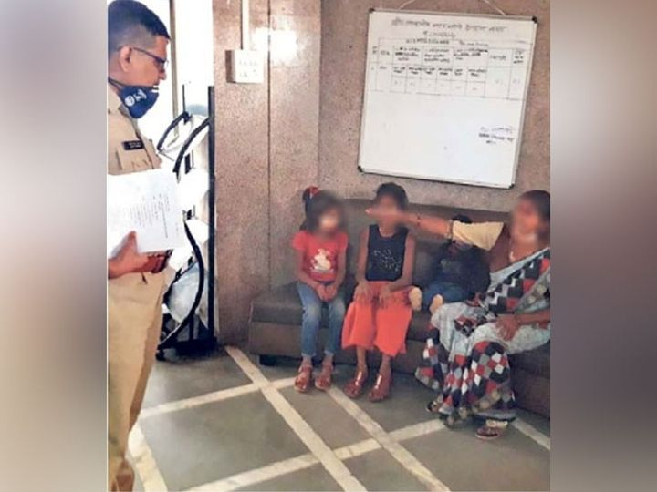 उपविभागीय पोलिस अधिकारी राठोड यांच्यासमोर कैफियत मांडताना पीडित महिला व तिची मुले. - Divya Marathi