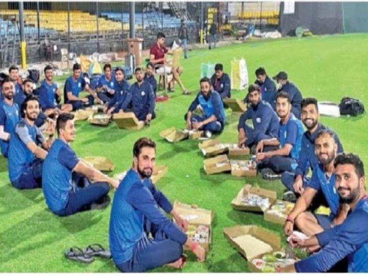 जयदेवच्या नेतृत्वात साैराष्ट्र संघाचे खेळाडू भाेजनाचा अानंद लुटताना. - Divya Marathi