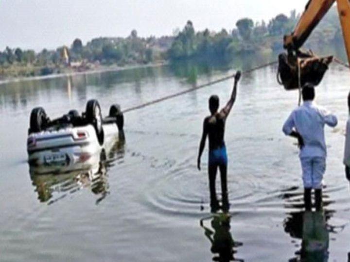 धरणात बुडालेली कार रविवारी काढण्यात आली. - Divya Marathi