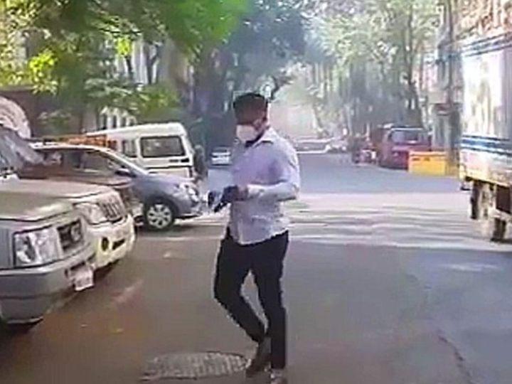 चौकशीसाठी एनसीबी कार्यालयात जाताना समीर खान - Divya Marathi