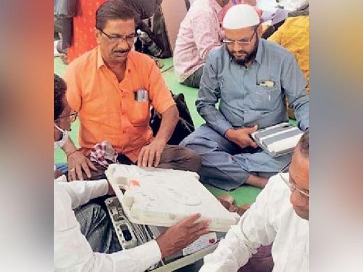 ग्रामपंचायतच्या निवडणुकीच्या अनुषंगाने नांदेड येथील शासकीय तंत्रनिकेतन महाविद्यालयात कर्मचाऱ्यांना मतदान साहित्याचे वाटप करण्यात आले. छाया : नरेंद्र गडप्पा. - Divya Marathi