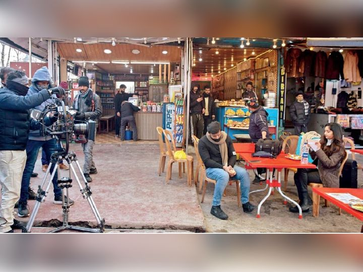छायाचित्र श्रीनगर परिसरातील निशात शहराचे आहे. येथे दक्षिण भारतीय चित्रपटाचे चित्रीकरण सुरू आहे. (छाया : आबिद भट) - Divya Marathi