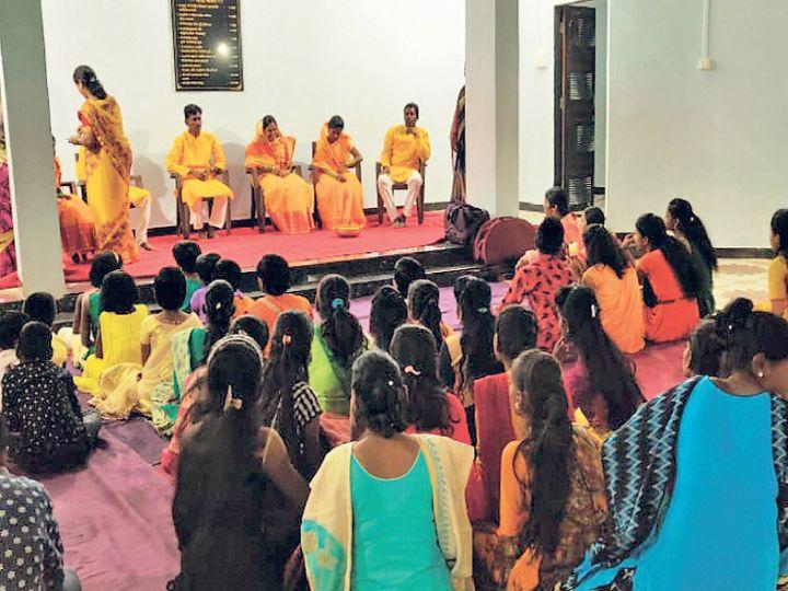 हॅपी व्हिलेजमध्ये रविवारी एचआयव्हीबाधितांचा विवाह होणार असून शनिवारी हळदीचा कार्यक्रम झाला. - Divya Marathi
