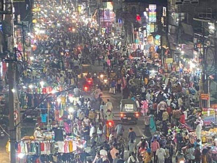 नागपुरातील बर्डी या मुख्य बाजारपेठेत रविवारी अशी गर्दी होती. - Divya Marathi