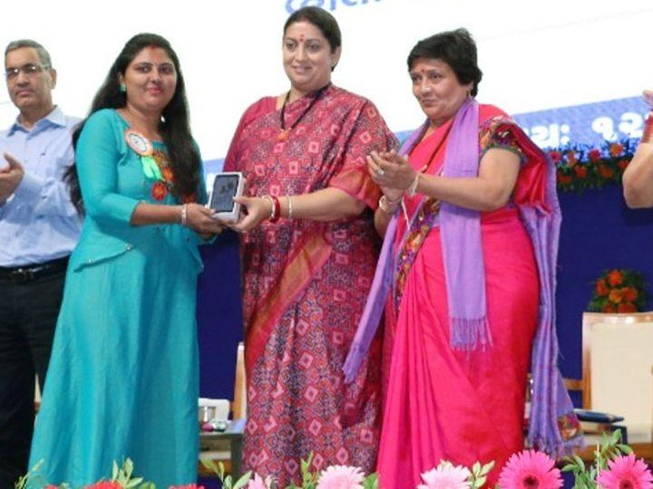 કેન્દ્રીય મહિલા-બાળ વિકાસ મંત્રી સ્મૃતિ ઈરાની અને મહિલા અને બાળ વિકાસ વિભાગના રાજ્યમંત્રી વિભાવરી બહેન દવે - Divya Bhaskar