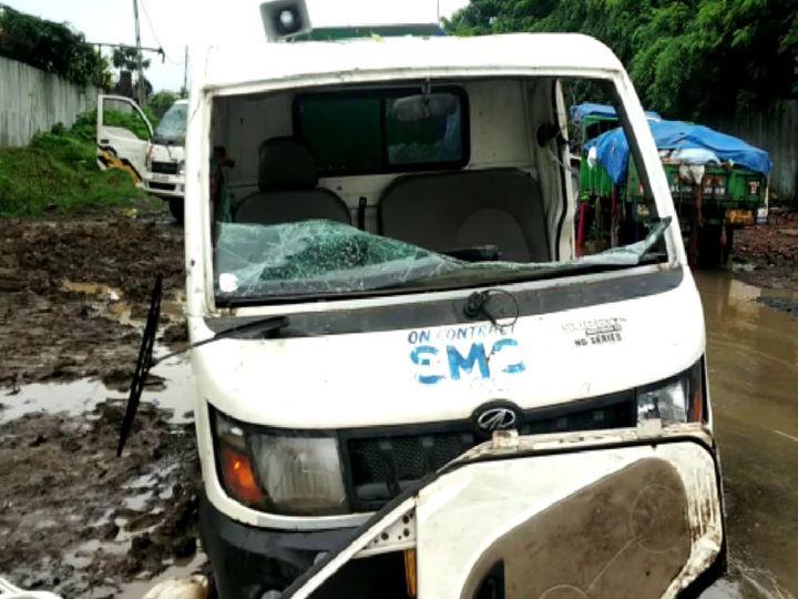 ઉશ્કેરાયેલા લોકોએ કચરાની ગાડીમાં તોડફોડ કરી - Divya Bhaskar
