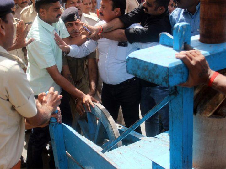 કોંગ્રેસના કાર્યકર્તાઓએ ઉગ્ર સૂત્રોચ્ચાર કરતા પોલીસ જવાનો સાથે ઘર્ષણ થયું હતું - Divya Bhaskar