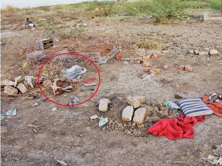કૂતરાઓ દફનાવેલા માસૂમોના મૃતદેહને બહાર કાઢી ફાડી ખાય છે - Divya Bhaskar