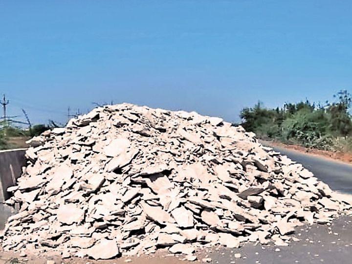 મૂળી સરા રોડપર કોઇએ સફેદ માટી ઢોળી દેતા વાહનચાલકોને મુશ્કેલી. - Divya Bhaskar