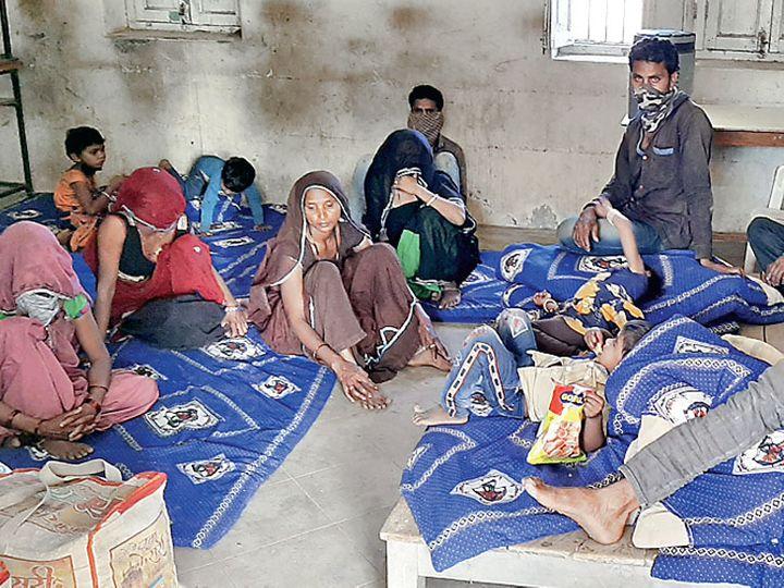 શેલ્ટર હોમમાં ખસેડાયેલા નવસારીના લોકો. - Divya Bhaskar