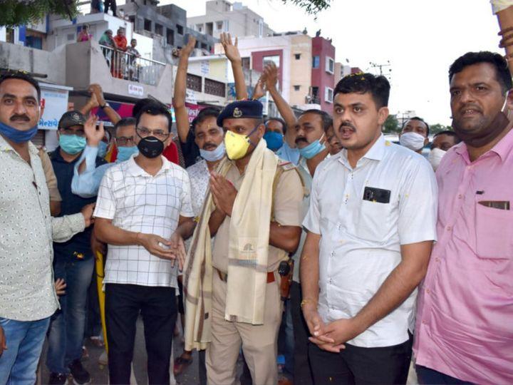 ખુદ પોલીસ સોશિયલ ડિસ્ટન્સિંગ ભૂલી - Divya Bhaskar