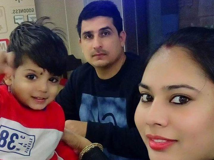 આત્મહત્યા કરનાર એસઆઈની પરિવાર સાથેની ફાઈલ તસ્વીર. - Divya Bhaskar