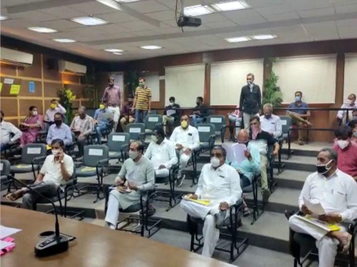 સોશિયલ ડિસ્ટન્સના પાલન સાથે રાજકોટ જિલ્લા પંચાયતની સામાન્ય સભા મળી હતી - Divya Bhaskar