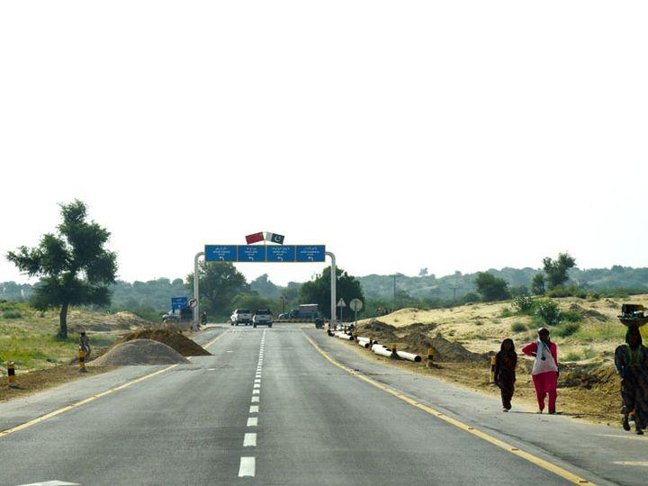પાકિસ્તાનમાં માર્ગના સાઇન બોર્ડ પર પાકિસ્તાનના રાષ્ટ્રીય ધ્વજની સાથે ચીનનો ધ્વજ પણ દેખાઈ રહ્યો છે ! - Divya Bhaskar