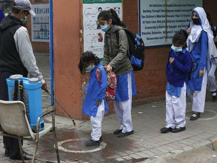 આ ફોટો પાકિસ્તાનની એક સ્કૂલની છે, જ્યાં ક્લાસમાં એન્ટ્રી આપતા પહેલાં સ્ટૂડન્ટ્સના જૂતાં સેનિટાઈઝ કરવામાં આવે છે - Divya Bhaskar