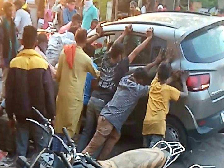 નસવાડી સ્ટેટ બેન્ક પાસેના વળાંકમાં ખુલ્લી ગટરમા કાર ખાબકતા લોકોએ આવેન કારને ખાડામાંથી બહાર કાઢી હતી. - Divya Bhaskar