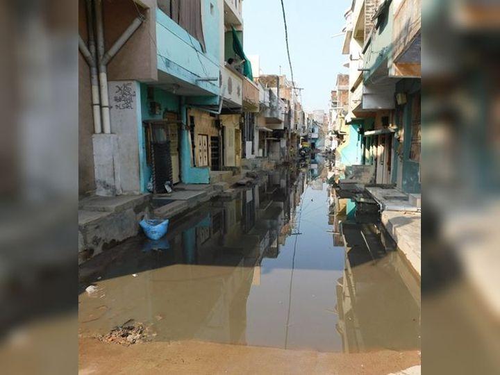 ઉભરાતી ગટરોની સાફસફાઇ હાથધરવામાં નહીં આવતાં શહેરના કેટલાંક વિસ્તારોમાં નગરજનોમાં રોષ - Divya Bhaskar