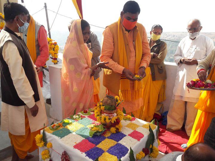 ભારત માતાની મૂર્તિની પ્રાણ પ્રતિષ્ઠા નિમિતે હવન પૂજન કરતા ધારાસભ્ય. - Divya Bhaskar