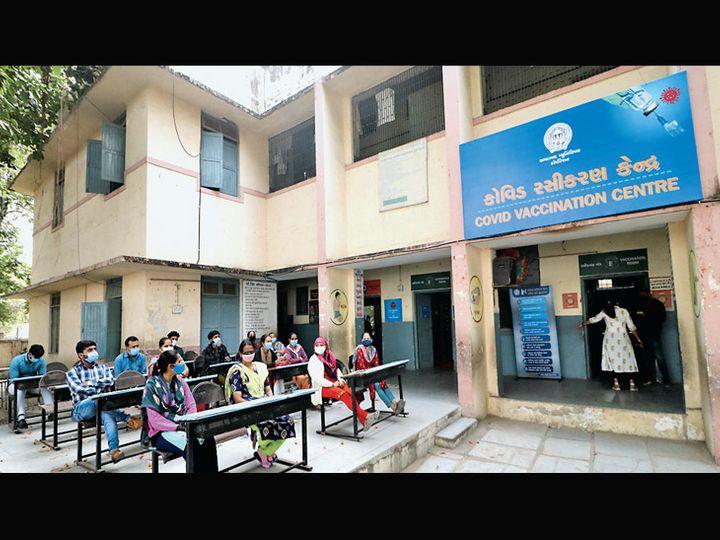 રસી લેવા આવનારાને સોશિયલ ડિસ્ટન્સ જાળવી બેસાડાશે અને વારાફરથી રસી માટે જવા દેવાશે. - Divya Bhaskar