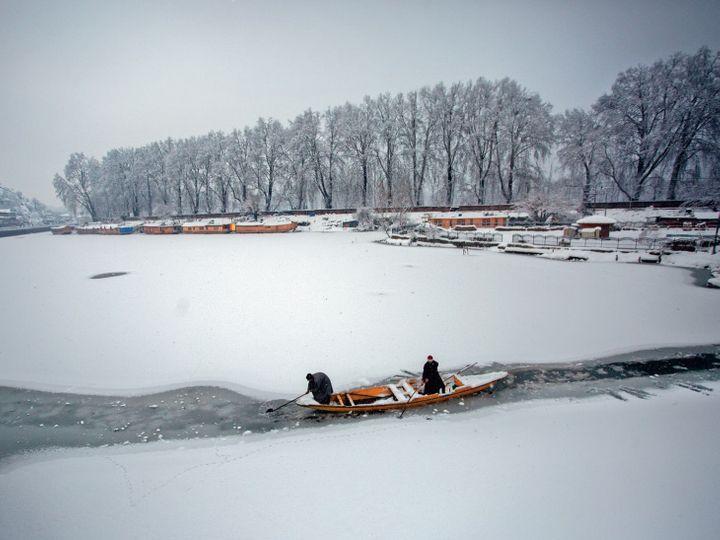જમ્મુ-કાશ્મીરમાં ગત 9 દિવસમાં આશરે 7 ફૂટ સુધી બરફ પડ્યો. જેણે 10 વર્ષનો રેકોર્ડ તોડી નાખ્યો. ભારે હિમવર્ષાને લીધે નાના-મોટા આશરે 22 હજાર કિ.મીના રોડ બંધ થઈ ગયા છે. અનેક હવાઈસેવા રદ કરાઈ છે. 200થી વધુ ઘરની છતો તૂટી ગઈ છે. આ તમામ મુશ્કેલીઓને જોતાં જમ્મુ-કાશ્મીરના ઉપરાજ્યપાલ મનોજ સિન્હાએ ભારે હિમવર્ષાને કુદરતી આપત્તિ જાહેર કરી દીધી છે. - Divya Bhaskar