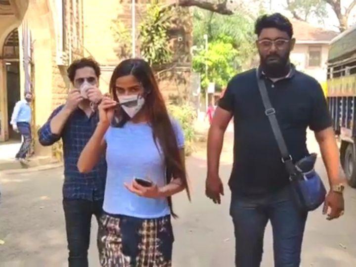એક્ટ્રેસ બે અન્ય લોકો સાથે આજે મુંબઈમાં આઝાદ બગર પોલીસ સ્ટેશન પૂછપરછ માટે પહોંચી હતી. - Divya Bhaskar