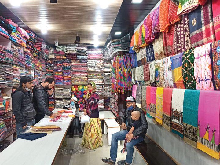 અજમેરના રહેવાસી ભરત તારાચંદાનીનો હવે પુષ્કરમાં એક મોટો શો રૂમ છે.  એની સાથે જ અનેક દુકાનો પણ છે. - Divya Bhaskar