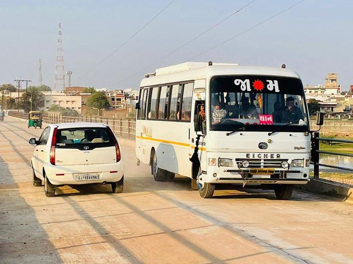 સુરેન્દ્રનગર આંબેડકરચોકથી જોરાવરનગર તરફ જતો કોઝવે પર જનતાએ જાતે જ વાહનવ્યવહાર ચાલુ કરી દીધો છે. - Divya Bhaskar