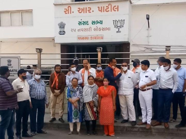 ભાજપ પ્રદેશ પ્રમુખ સીઆર પાટીલની ઓફિસ બહાર કાર્યકરોનો મોરચો. - Divya Bhaskar