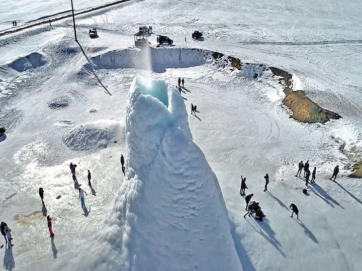 કઝાકિસ્તાનના અલ્માટી પ્રાંતમાં રહસ્યમય રીતે 45 ફૂટ ઊંચો બરફનો ટેકરો ઊભરીને બહાર આવી ગયો છે. એને બરફનો જ્વાળામુખી એટલે કે આઈસ વૉલ્કેનો પણ કહેવાય છે. કેગન અને શરગાનકના ગામ વચ્ચે બરફનાં મેદાનોમાં ઊભરેલા આ ટેકરામાંથી સતત પાણી નીકળી રહ્યું છે, જે તરત જ બરફ બની જાય છે. આ કારણસર એની ઊંચાઈ વધી રહી છે. પૂર્વમાં અસ્તાનાના નૂર સુલ્તાનમાં ચાર કલાકના અંતરે હાજર આ કુદરતી અજાયબીને જોવા માટે હાડ થિજાવતી ઠંડીમાં પણ હજારો પ્રવાસીઓ આવે છે. ગયા વર્ષે અમેરિકન લેક મિશિગનમાં પણ આવો જ એક બર્ફીલો ટેકરો બન્યો હતો, પરંતુ એની ઊંચાઈ છ ફૂટ જેટલી હતી. વિશ્વમાં પહેલીવાર ગરમ પાણીના કારણે બરફનો આટલો ઊંચો ટેકરો બન્યો છે. જમીન નીચે હલચલથી ગરમ પાણી જ્યારે સપાટી પર ફુવારાના રૂપમાં આવે, ત્યારે ઠંડી હવાથી જામી જાય છે. આ દરમિયાન લાવા નીકળવા જેવી પ્રક્રિયા થાય છે અને જ્વાળામુખી પર્વત જેવો બરફનો પર્વત બને છે. - Divya Bhaskar