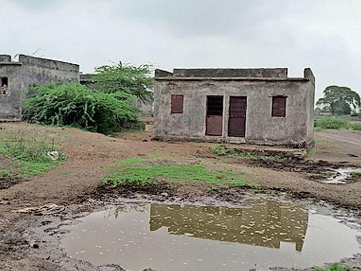 ઈન્દિરા આવાસ યોજના અંતર્ગત આશરે 25 વર્ષ પહેલાં ઘર વિહોણા લોકો માટે આવાસ બનાવ્યા  પરંતુ હાલ તે તમામ ખંડેર હાલતમાં છે અને આસપાસ ગંદકી ફેલાયેલી જોવા મળી રહી છે. - Divya Bhaskar