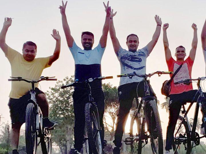 હંમેશા સાયકલ ચલાવવાની પ્રેરણા આપતા મહુવાના વહેવલ ગામના ત્રણ યુવાનો. - Divya Bhaskar