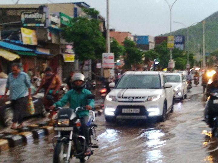 સવા ઈંચ વરસાદ પડતાં સોનગઢ પાણી પાણી. - Divya Bhaskar