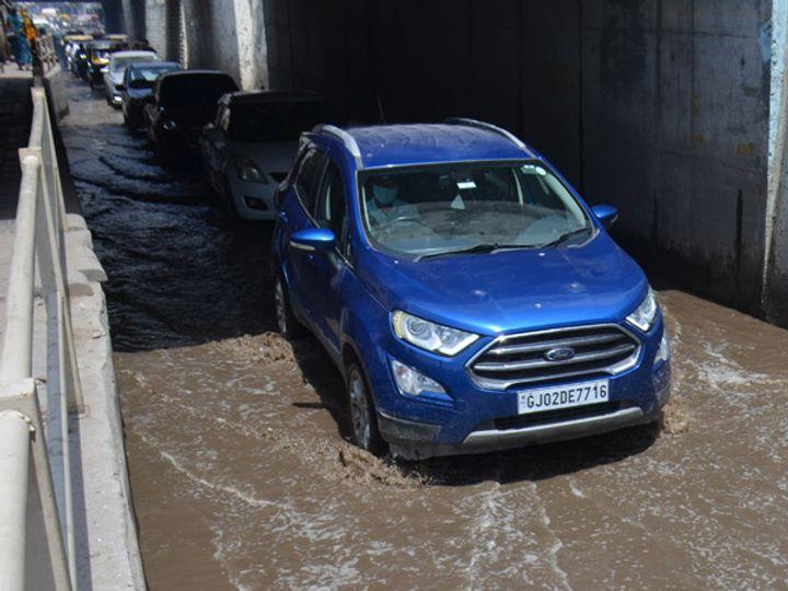 ગોપીનાળામાં પાણી ભરાતાં બપોરે વાહનોનો ટ્રાફિકજામ. - Divya Bhaskar